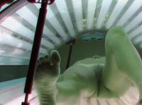 Сексапильная барышня в солярии голышом