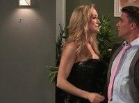 Брэнди Лав сношается с бизнесменом на белом диване