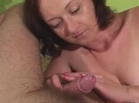 Зрелая дама полизывает и дрочит мужской хер