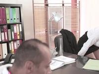 Грязный мавр трахает секретаршу на работе