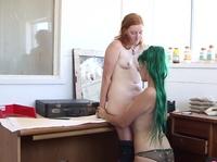 Рыжая девушка приятно ласкается с зеленоволосой