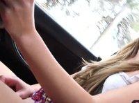 Милочка мастурбирует киску в автомобиле игрушкой