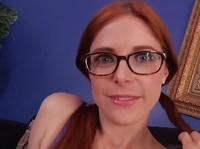 Рыжая девка в очках бомбит минет