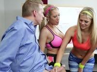 Наставник ебет двух блондинок в кабинете