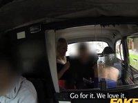 Мужчина трахает двух девушек в такси