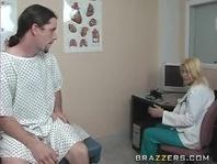 Пациент трахает двух медсестер