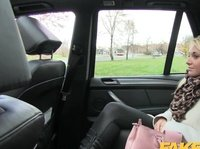 Порнуха от первого лица с блондинкой в такси