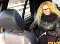 Очкастая дура сношается с незнакомцем в такси
