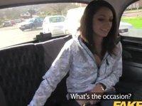 Таксист ебет девушку в автомобиле
