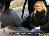 Трахать вредную блондинку в салоне автомобиля