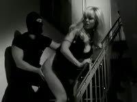 Похищенную блондинку доводят до оргазма