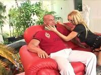 Лысый хахаль пердолит блондинку на диване