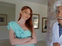 Рыжая девушка отдалась доктору дома