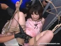 Азиатской девчурке дрочат вибратором дырки