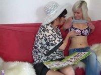 Женщины играют с девушками и секс игрушками