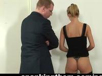 Господин бьет по заднице секретаршу до красноты