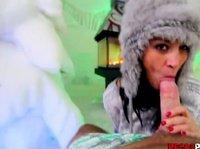 Постельный секс с красавицей в зимней шапке