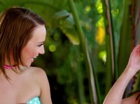 Две девушки дивно расшалились на пару