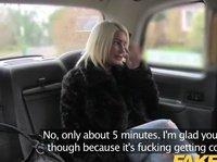 Блондинка трахается с таксистом в салоне