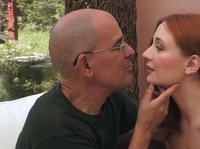 Старый мужчина трахается с девушкой на досуге