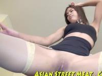 Азиатке всандаливают фаллосом во влагалище