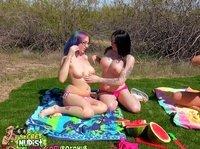 Три девушки занимаются онанизмом на пикнике