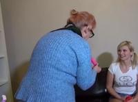 Девушка и женщина дрочат свои проходы вибраторами