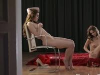 Эстетичные девушки играют в однополый секс