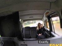 Таксист круто трахает девушку в автомобиле