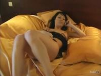 Девушка ласково мастурбирует киску