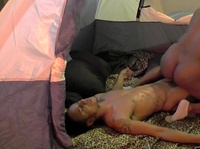 Темнокожая пара снимается в порнухе в палатке