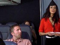 Секс чела и брюнетки-стюардессы в самолете