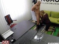 Ненасытный мужчина ебет собеседницу на кастинге