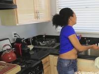 Легкая мастурбация вульвы на кухне