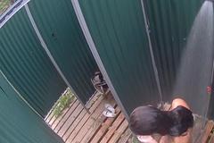 Озорная девушка моется в душевой на скрытую камеру