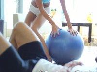 Активно трахает очаровательную блондинку после занятия спортом