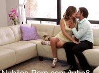 Парень имеет милую даму на диване