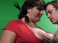Миниатюрный чел трахает жирную бабу