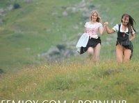Голые девушки гуляют в бескрайних полях