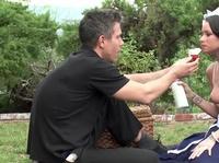 Грудастой брюнетке приятно трахаться на пикнике