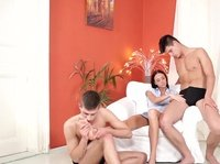 Бисексуалы трахаются с брюнеткой