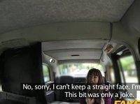 Таксист жарит грудастую пассажирку в салоне машины