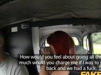 Крашенная баба получает между ляжек в такси