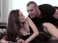 Красивый мужчина трахает красавицу во влагалище