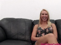 Девушке нравится секс на диване