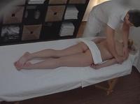 Парень делает массаж подруге и имеет ее