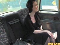 Наглый мужчина прет чертовку в писю в такси
