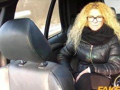 Кудрявая дама трахнута в автомобиле