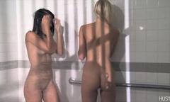 Парочка девушек играет в дрочку и секс