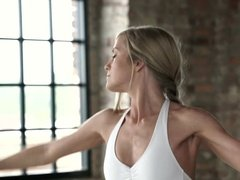 Фут-фетишист трахает балерину в клитор и сосет ее ноги